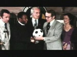 Steve Ross (au centre) réalise le coup du siècle