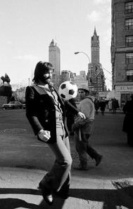 Georges Best pose devant les photographes à New York, là ou il va s'engager...