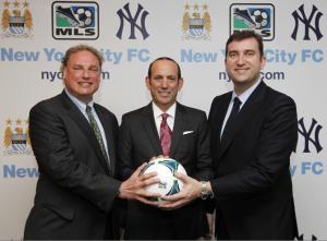 Le président des Yankees Randy Levine, le commissaire de la MLS DOn Garber et le directeur exécutif de Man City, Ferran Soriano