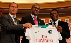 Le président O'Brien, Nabil Sultan le vice-président de Emirates et Pelé présentent le nouveau maillot à la presse
