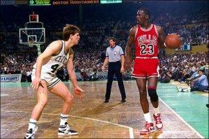 Peter Moore n'était pas à son premier coup marketing. Il avait déjà dessiné les AJ1 de Michael Jordan, illégales à l'époque.